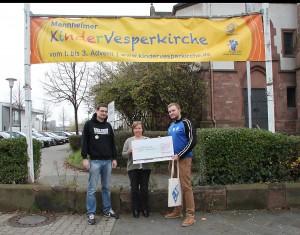PW übergibt im Namen der Waldhof-Fans einen Scheck in Höhe von 500 Euro an die Kinder-Vesperkirche.