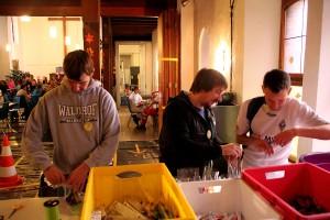 Waldhof-Fans packen Weihnachtspakete für die Kinder.