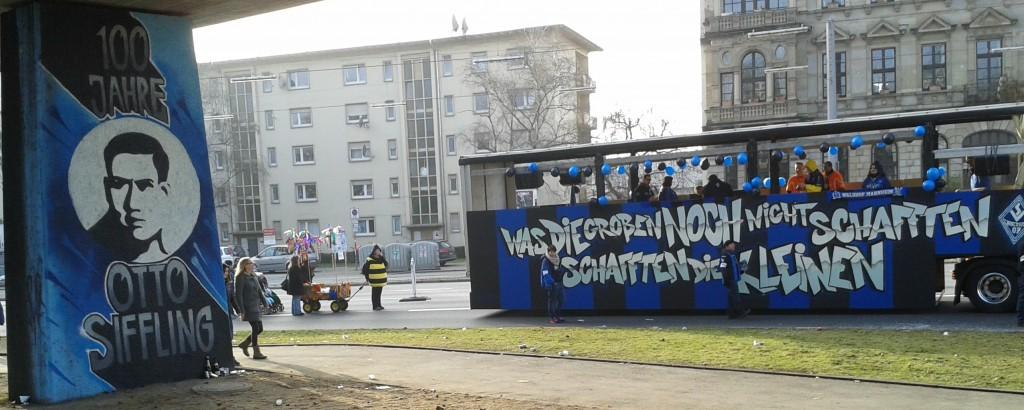 Der Waldhof-Wagen auf dem Weg zum Umzug (Höhe Friedrichspark)