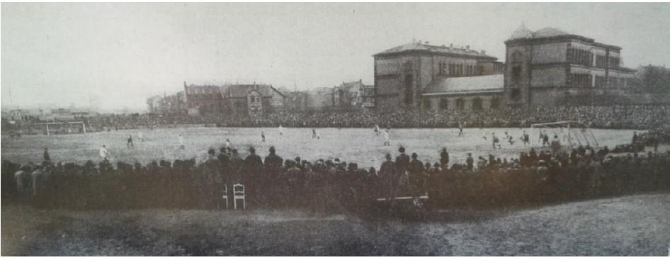 Spielszene des SVW auf dem 'Sandacker' hinter der Waldhof-Schule (1920er Jahre)